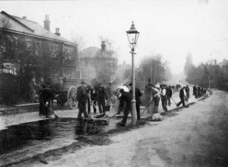 Workmen tarring roads in Epsom, 1905